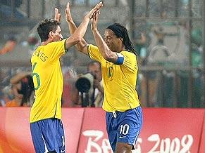 Thiago Neves and Ronaldinho Gaúcho celebrate