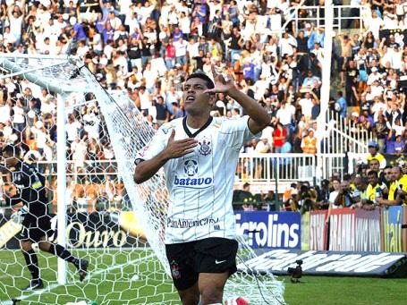 André Santos celebrates
