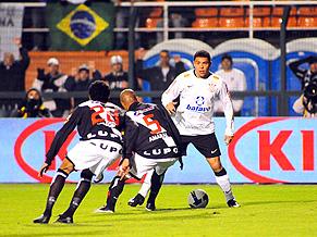 Big daddy Ronaldo takes on two Vasco men