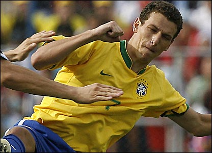 Elano had a hand in two of Brazil's goals vs Uruguay