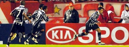 André Santos (right) hits a cracker for Corinthians