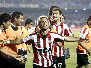 Estudiantes celebrate in the Minerão
