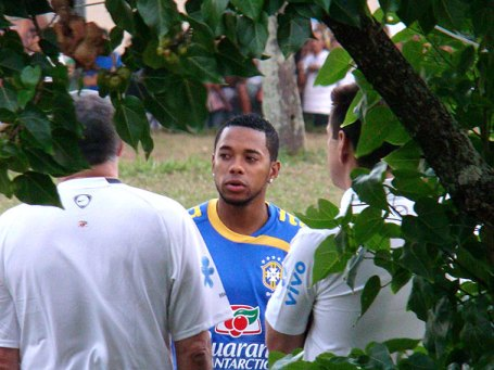 Robinho discovers trees a crowd