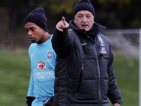 Felipão alongside Ronaldinho