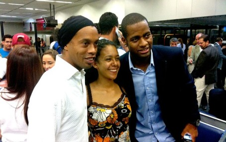 Ronaldinho (lefr) and Dedé with fan