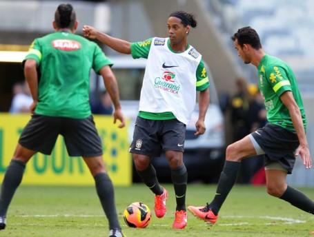 Ronaldinho (centre)