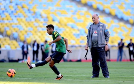 Neymar trains under the watchful eye of Felipão