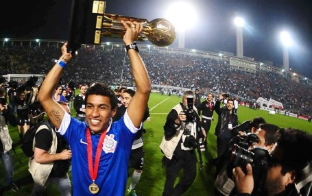 Paulinho celebrating the Recopa with Corinthians